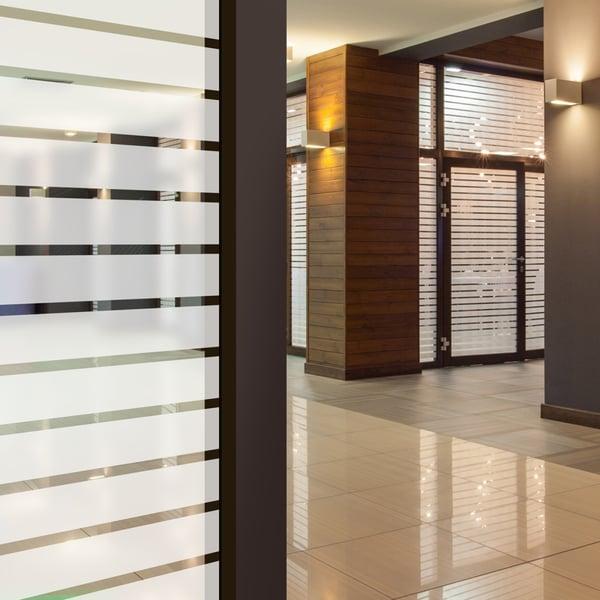 Folia dekoracyjna o wzorze białych pasów  –  szerokość 45mm